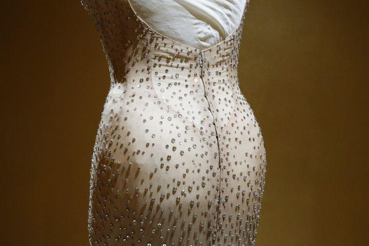 Mythique robe de Marilyn Monroe, vendue aux enchères à Los Angeles le 17 novembre 2016 (KENA BETANCUR / AFP)