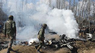 Des soldats indiens examinent la carcasse d'un appareil qui s'est écrasé dans le district deBudgam, le 27 février 2019. (TAUSEEF MUSTAFA / AFP)