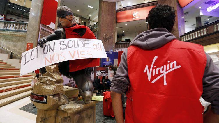 Des salariés occupent le magasin Virgin des Champs-Elysées, à Paris, le 17 juin 2013. (FRANCOIS GUILLOT / AFP)