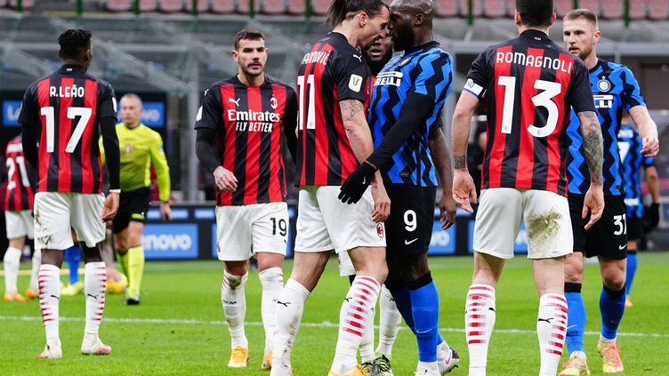 Zlatan Ibrahimovic et Romelu Lukaku, tête contre tête, lors du derby de Milan le 26 janvier 2021. (ALESSIO MORGESE / ALESSIO MORGESE)