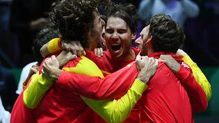 Rafael Nadal fête avec ses coéquipiers la victoire de l'équipe d'Espagne face au Canada en finale de la Coupe Davis, à Madrid, le 24 novembre 2019. (GABRIEL BOUYS / AFP)