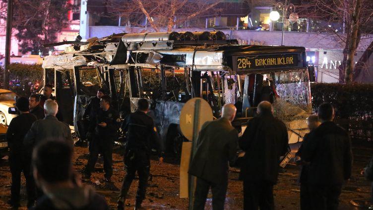 La carcasse du bus visé par un attentat-suicide, le 13 mars 2016, à Ankara (Turquie). (EROL UCEM / AFP)