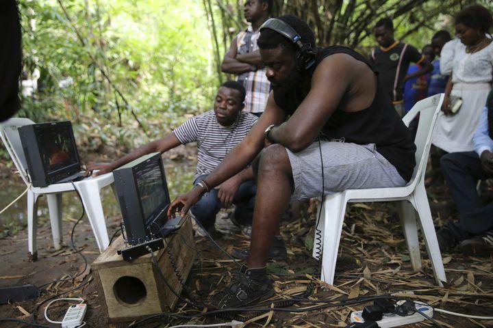 """Le cinéaste nigérian Kunle Afoloyan sur le tournage du film """"October 1"""" dans le village deIlaramokin, dans le sud-ouest du Nigeria, le 24 août 2013. (AKINTUNDE AKINLEYE / X02000)"""