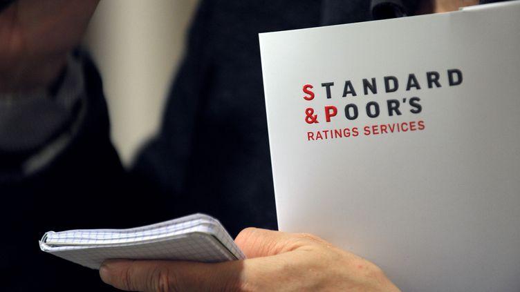 Le logo de Standard and Poor's, pris en photo lors d'une conférence de presse dans les locaux de l'agence de notation à Paris, le 8 décembre 2011. (ERIC PIERMONT / AFP)