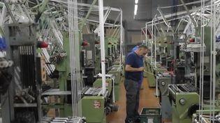Le secteur du textile français a beaucoup souffert et a perdu les trois quarts de ses effectifs entre 1990 et 2015. Depuis 2017, pourtant, la tendance s'inverse. Les entreprises qui s'en sortent s'appuient sur de nouvelles technologies et savoir-faire. (FRANCE 2)