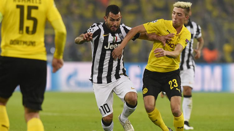 Kampl (Borussia Dortmund) tente de stopper Tevez (Juventus Turin) (TOBIAS SCHWARZ / AFP)
