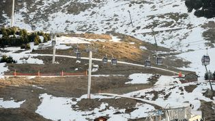 Les chutes de neige ont été très faibles sur les pistes de la station des Menuires, dans les Alpes, le 13 février 2011. (JEAN-PIERRE CLATOT / AFP)