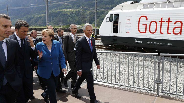 Inauguration du tunnel sous le massif du Saint-Gothard en Suisse, le 1er juin 2016, en présence des autorités suisses mais aussi d'Angela Merkel, François Hollande et Matteo Renzi. Une présence européenne pour symboliser l'importance de l'ouvrage pour les transports sur le continent. (Peter Klaunzer/AP/SIPA)