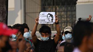Un manifestant brandit une pancarte demandant la libération de la dirigeante civile détenue Aung San Suu Kyi lors d'une manifestation contre le coup d'État militaire à Yangon le 6 février 2021. (YE AUNG THU / AFP)