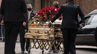 Le cercueil de George Floyd arrivant à la North Central University, où s'est déroulée une cérémonie d'hommage le 4 juin 2020 à Minneapolis (Minnesota, Etats-Unis). (STEPHEN MATUREN / GETTY IMAGES NORTH AMERICA)