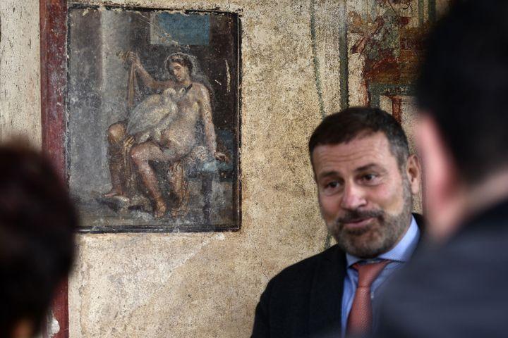 Une fresque dévoilée à Pompei le 25 novembre 2019 représentant la princesse mythologique Léda et un cygne, dans une ancienne chambre de Pompei (Italie). (FILIPPO MONTEFORTE / AFP)