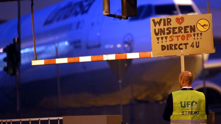 Un employé de Lufthansa manifeste à l'aéroport deFrancfort (Allemagne), le 4 septembre 2012. (FRANK RUMPENHORST / DPA)