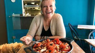La cheffe Flora Mikula et son plat appétissant de tomates farcies (LAURENT MARIOTTE / RADIO FRANCE)