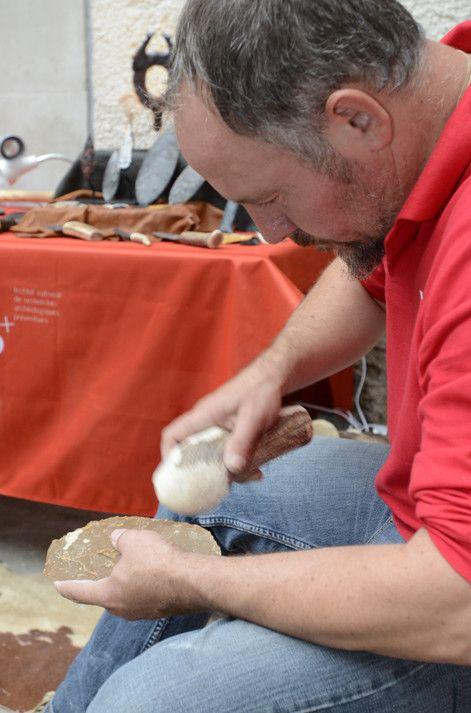 Démonstration de taille de silex lors des Journées nationales de l'archéologie 2016  (Inrap - J.L. Bellurget)