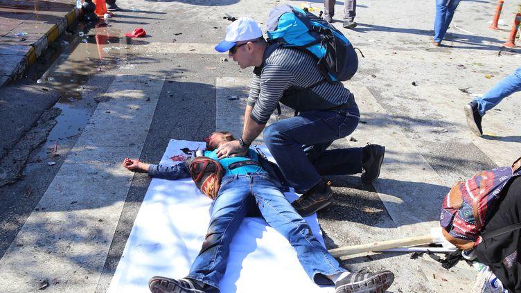 Un homme fait un massage cardiaque à une victime de l'attentat commis le 10 octobre 2015 à Ankara (Turquie). (ADEM ALTAN / AFP)