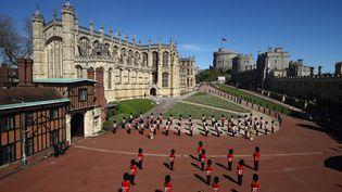 Des militaires britanniques devant la chapelle Saint-George du château de Windsor, avant le début des obsèques du prince Philip, samedi 17 avril 2021. (HANNAH MCKAY / POOL / AFP)
