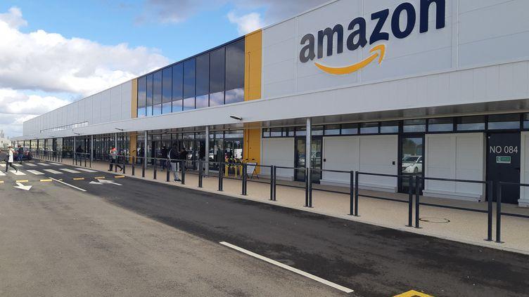 L'entrée du centre de distribution Amazon de Brétigny-sur-Orge (Essonne). (ARTHUR BLANC / RADIOFRANCE)