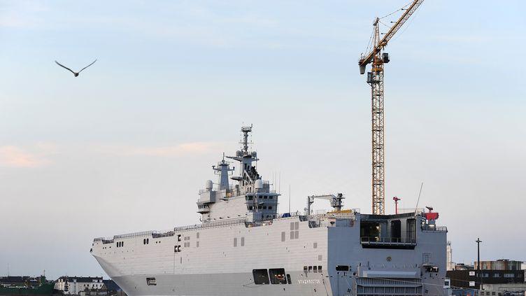 """Le porte-hélicoptère""""Vladivostok"""" dans le port de Saint-Nazaire (Loire-Atlantique), le 7 septembre 2014. (JEAN-SEBASTIEN EVRARD / AFP)"""