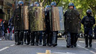 """Des policiers à Toulouse, le 27 avril 2019, lors du 24e samedi de mobilisation des """"gilets jaunes"""". (FR?D?RIC SCHEIBER / HANS LUCAS / AFP)"""