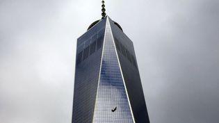 La nacelle de nettoyage de deux laveurs de vitre est suspendue dans le vide au 69e étage du OneWorld Trade Center après qu'un câble a lâché, New York (Etats-Unis), le 12 novembre 2014. (MIKE SEGAR / REUTERS)