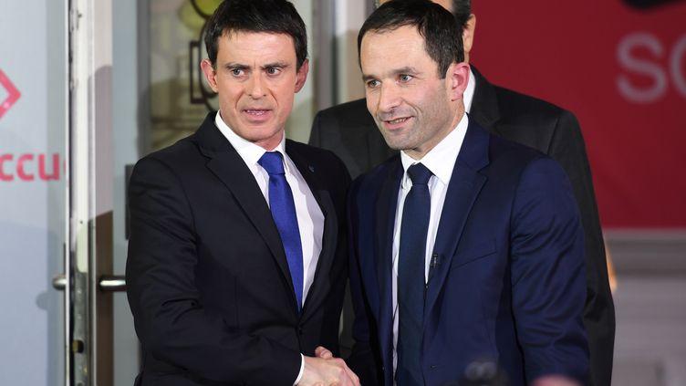 Manuel Valls et Benoit Hamon lors du second tour de la primaire de la gauche à Paris, le 29 janvier 2017. (ERIC FEFERBERG / AFP)
