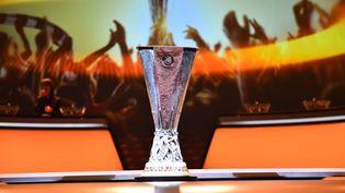 Le trophée de la Ligue Europa, exposé lors d'une cérémonie de tirage au sort, à Monaco, le 25 août 2017. (MUSTAFA YALCIN / ANADOLU AGENCY / AFP)