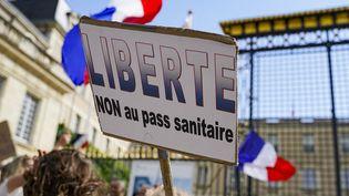Une pancarte contre le pass sanitaire, le 7 août 2021 à Angers (Maine-et-Loire). (FREDERIC PETRY / HANS LUCAS / AFP)