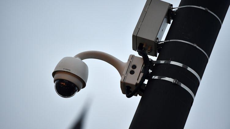 Une caméra de vidéoprotection de l'entreprise Hauwei dans une rue de Valenciennes (Nord), le 26 novembre 2019. (MAXPPP)
