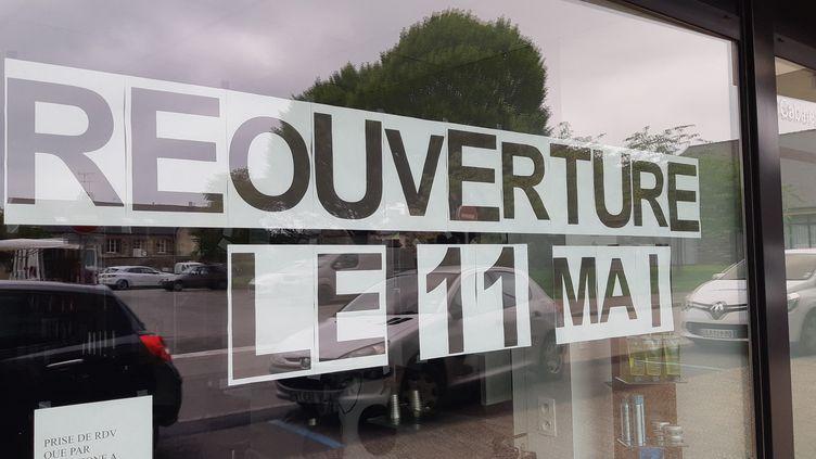 Un salon de coiffure annonce sa réouverture le 11 mai 2020, en Bretagne. (CHERBONNEL / RADIO FRANCE)