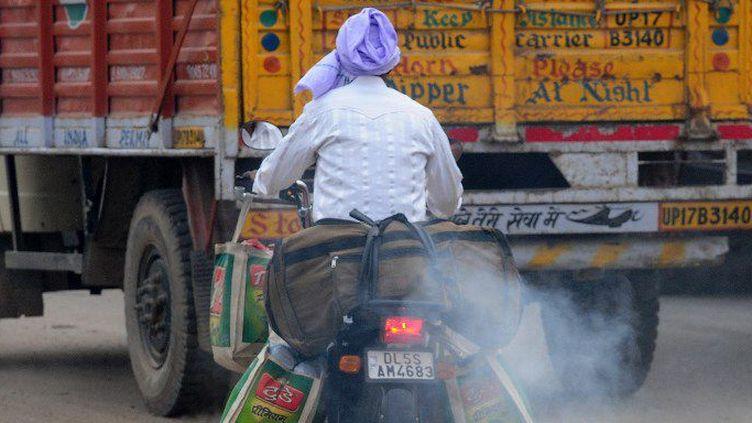 Le trafic des camions est à l'origine d'un tiers de la pollution de New Delhi. Mais faire payer une taxe aux poids-lourds s'avère très difficile. (MONEY SHARMA / AFP)