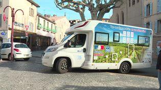 Le camping-car France Service fait étape au Luc-en-Provence dans le Var (CAPTURE D'ÉCRAN FRANCE 3)