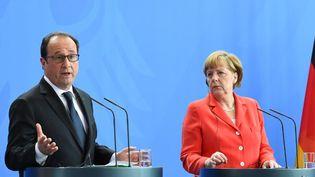 Le président français François Hollande et la chancelière allemande Angela Merkel lors d'une conférence de presse commune, à Berlin, le 19 mai 2015. (TOBIAS SCHWARZ / AFP)