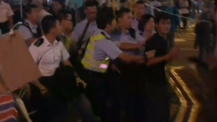 De nouveaux heurts entre manifestants pro-démocratie et policiers, jeudi 6 novembre 2014 à Hong Kong. (APTN)