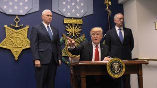 Le président américain Donald Trump, entouré du vice-président des Etats-Unis, Mike Pense (à gauche) et du secrétaire d'Etat à laDéfense, James Mattis, le 27 janvier 2017, au Pentagone. (MANDEL NGAN / AFP)