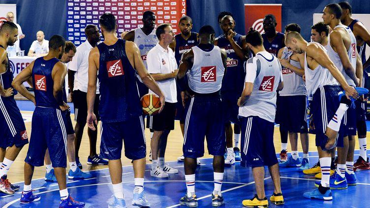 Vincent Collet, ici au milieu du groupe des quinze joueurs retenus pour préparer l'Euro, à l'INSEP (BERTRAND GUAY / AFP)