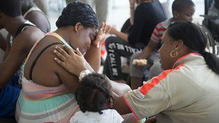 Un membre de la Croix-Rouge après le passage de l'ouragan Irma à Saint-Martin, le 9 septembre 2017. (HELENE VALENZUELA / AFP)