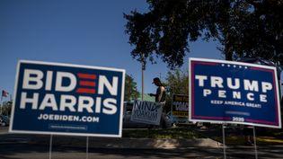 Des pancartes électorales pour Joe Biden et pour Donald Trump, à Orlando, en Floride, le 30 octobre 2020. (RICARDO ARDUENGO / AFP)