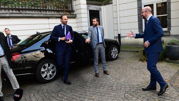 Le Français Edouard Philippe (à gauche) et le Belge Charles Michel, deux Premiers ministres en exercice à avoir été ciblés par le logiciel Pegasus. Bruxelles (Belgique) le 16 octobre 2017 (EMMANUEL DUNAND / AFP)