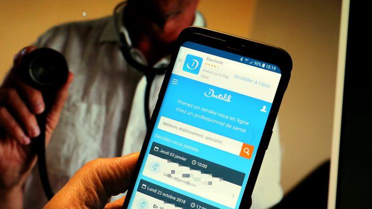 Un smartphone avec l'application doctolib qui annonce qu'elle doubler le nombre de ses salariés d'ici trois ans. (JULIO PELAEZ / MAXPPP)