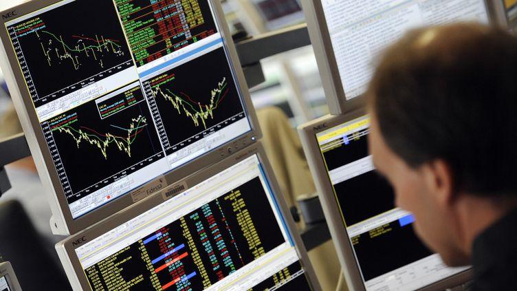Un trader regarde l'évolution de cours boursiers, le 16 août 2011, à Paris. (BERTRAND GUAY / AFP)