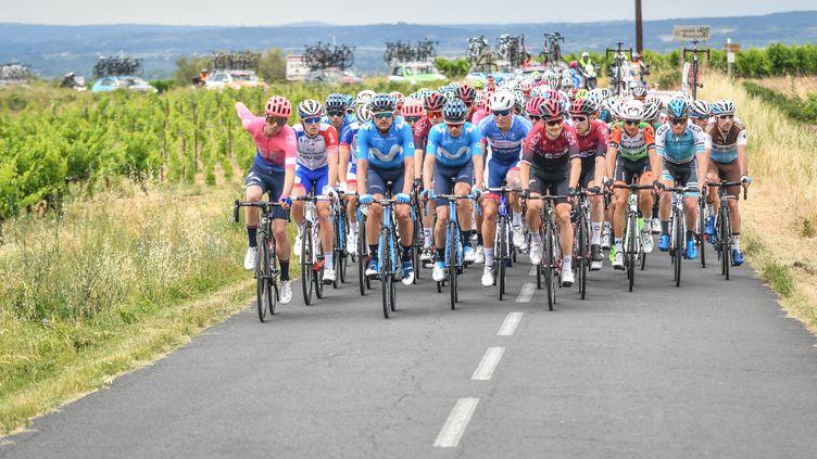 Les coureurs sur la Route d'Occitanie.