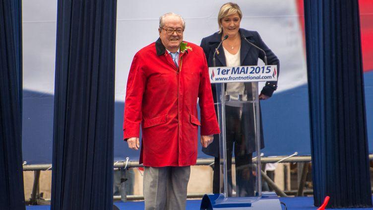Jean-Marie et Marine Le Pen, lors du traditionnel défilé du 1er-Mai du Front national, le 1er mai 2015 à Paris. (DENIS PREZAT / CITIZENSIDE / AFP)