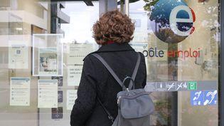 Une demandeuse d'emploi devant une agence Pôle emploi. Photo d'illustration. (VANESSA MEYER / MAXPPP)
