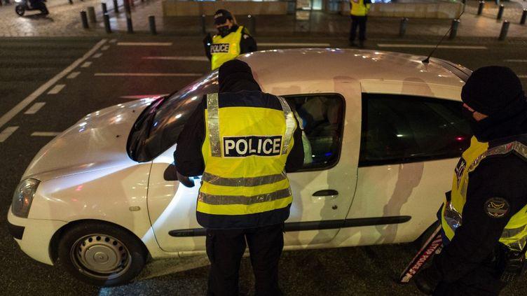 Des policiers effectuent des contrôles à Toulouse (Haute-Garonne), pendant le couvre-feu, le 5 février 2021. (FREDERIC SCHEIBER / HANS LUCAS / AFP)