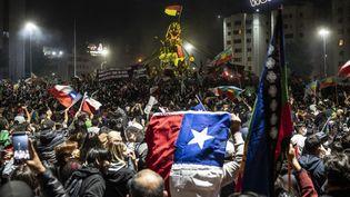 La manifestation du 25 octobre 2020 sur la place d'Italie à Santiago, la capitale du Chili. (PEDRO UGARTE / AFP)