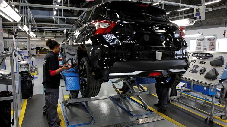 Un employé du groupe Renault travaille sur une chaîne d'assemblage, le 23 février 2017, dans l'usine de Flins (Yvelines). (BENOIT TESSIER / REUTERS)