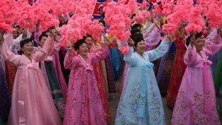 Des Sud-Coréennes en habits traditionnels, lors d'une parade sur la place Kim-Il-sung, à Pyongyang, la capitale la Corée du Nord, le 10 mai 2016. (WONG MAYE-E / AP / SIPA)