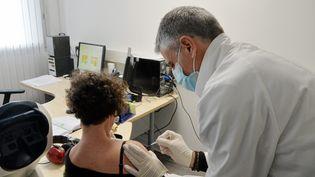 Une salariée vaccinée dans son entreprise à Montpellier dans l'!hérault. (MICHAEL ESDOURRUBAILH / MAXPPP)
