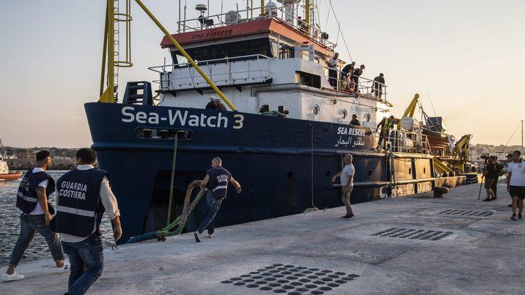 """Le bateau humanitaire """"Sea-Watch 3"""" amarré sur l'île de Lampedusa (Italie), le 29 juin 2019. (MAXPPP)"""