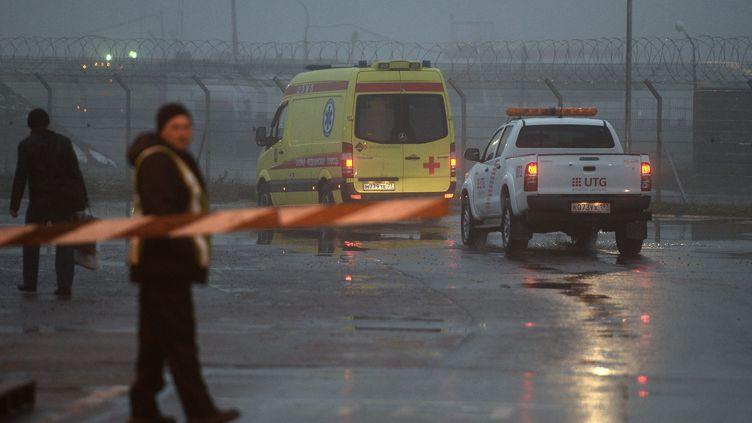 Une ambulance à proximité du site du crash de l'avion de Christophe de Margerie, PDG de Total, à l'aéroport de Vnoukovo (Russie), le 21 octobre 2014. (MAKSIM BLINOV / RIA NOVOSTI / AFP)